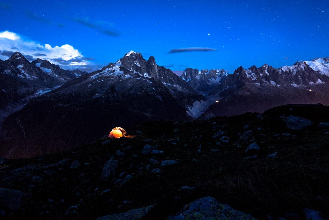 massif du mont blanc aiguille verte chamonix haute savoie 74 france alpes bivouac montagne photo de nuit tente glacier neige été tmb tour du mont blanc randonnée camping nature sauvage mountain alps