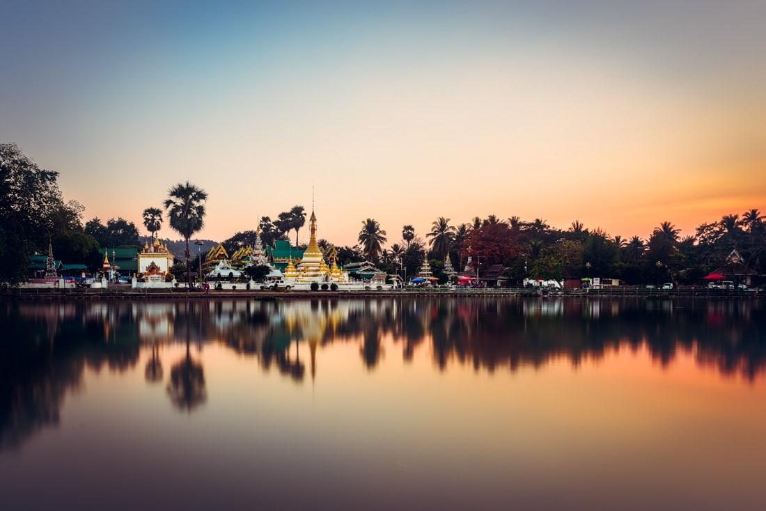 Mae Hong Son Thailand Wat Chong Klang Temple Thaïlande coucher de soleil sunset water reflect reflet symetrie doré temple religieux golden hour