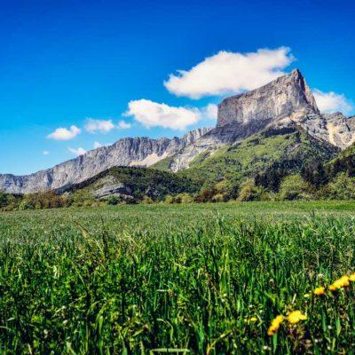 mont aiguille vercors montagne mountain isere 38 france rhone alpes été summer fleur herbe nuage ciel bleu blue sky nature dauphiné
