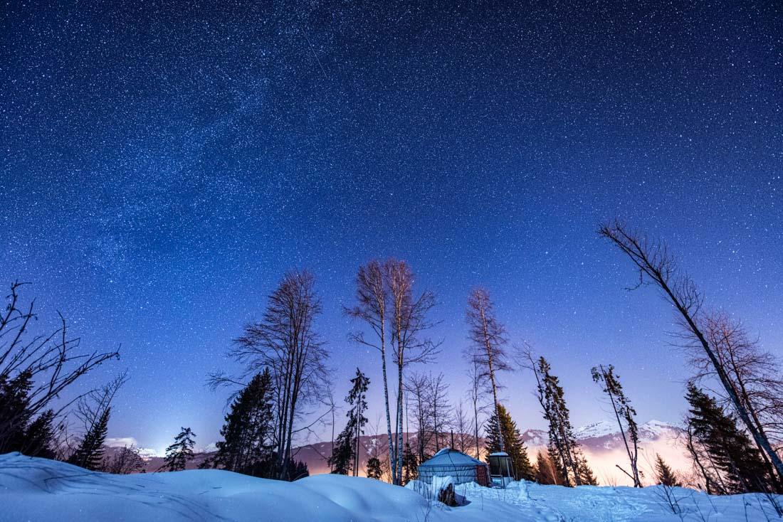 voie lactée france haute savoie 74 yourte morillon grand massif giffre nuit milky way astronomy snow neige arbre montagne mountain summit