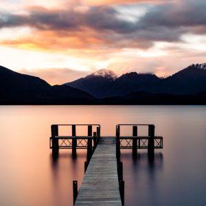 lake lac te anau southland fiordland nz new zeland nouvelle zélande south island milford sunset coucher de soleil golden hour light water reflect ponton lumière mountain montagne doré calm relax
